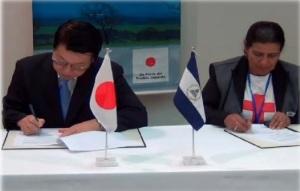 Momento en que la Lic. Miriam Magdalena Valladares, Presidenta de la Cruz Roja Nicaragüense Filial Ocotal, firma el convenio de colaboración con el Embajador de Japón en Nicaragua Masaharu Sato.