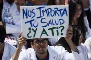 AFP/Archivos - Estudiantes de medicina protestan el 24 de marzo de 2014 en Caracas contra la escasez de insumos hospitalarios.