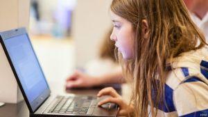 Betsy, de siete años, es aficionada a la tecnología y aceptó el reto que le propusieron.
