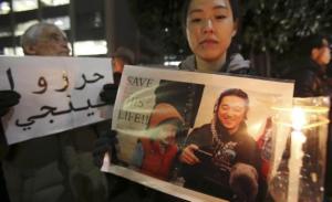 Associated Press - Manifestantes sostienen imágenes del periodista japonés Kenji Goto, quien fue tomado como rehén por el grupo Estado Islámico