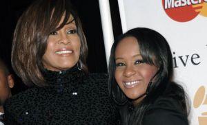 Bobbi Kristina junto a su madre, la fallecida Whitney Houston. / DAN STEINBERG (AP)