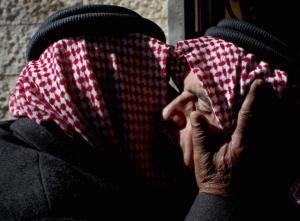 AP- Safi al-Kaseasbeh (derecha), padre del piloto militar jordano asesinado supuestamente por Estado Islámico, Muath al-Kaseasbeh, recobe condolencias de líderes de la tribu Kaseasbeh en su vivienda