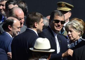 EL presidente ecuatoriano Rafael Correa y el rey emérito de España Juan Carlosllegan a la Plaza Independencia para la toma de mando del nuevo presidente de Uruguay el 1 de marzo de 2015 (AFP | Pablo Porciúncula)
