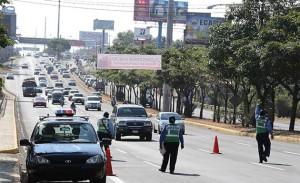 Una de las prácticas de la Policía para disminuir accidentes, es la ubicación de agentes de tránsito vigilando el comportamiento de los conductores, indicó el Comisionado Edgar Sánchez.