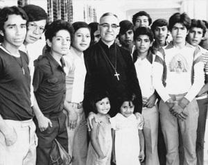 Monseñor-y-jóvenes-622x493