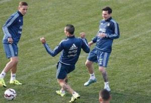 Los jugadores de Argentina, Lionel Messi, derecha, Angel Di María, centro, y Lucas Biglia participan en un entrenamiento el sábado, 27 de junio de 2015, en Viña del Mar, Chile. (AP Photo/Andre Penner)