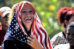 Una mujer con la bandera de EEUU sonríe el 1 de julio de 2015 en la provincia cubana de Holguín (AFP/Archivos)
