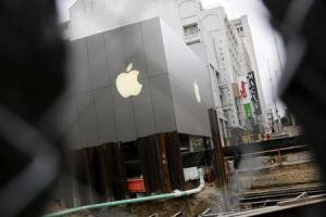 Las acciones de Apple caían el miércoles hasta un 7 por ciento a 121,99 dólares en las primeras transacciones de la bolsa de Nueva York, en un retroceso que borraba más de 50.000 millones de dólares en valor de mercado para el fabricante del iPhone tras la divulgación de sus resultados el día anterior. En la imagen, una tienda de Apple en San Francisco, California, el 21 de julio de 2015. REUTERS/Robert Galbraith