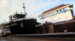 Un buque transita por la esclusa de Miraflores en el Canal de Panamá. EFE