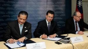 El embajador de la República de China (Taiwán), Adrea Lee; el canciller de la República, Hugo Martínez; y el comisionado Presidencial para la Seguridad, Hato Hasbún. (Foto: Cancillería)