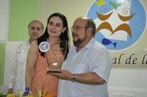 En la fotografía, Catalina Chávez, especialista en Responsabilidad Corporativa de Telefónica, recibe el reconocimiento de manos del diputado Edwin Castro, Presidente de la Plataforma Ambiental Feria Nacional de la Tierra.