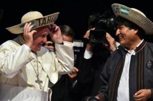 El Papa Francisco y el presidente boliviano Evo Morales en el segundo encuentro de Movimientos Populares en Santa Cruz, Bolivia, el 9 de julio de 2015 (AFP | CRIS BOURONCLE)