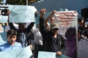 Defensores del exdictador guatemalteco José Efraín Ríos Montt se manifiestan el 25 de julio de 2015 frente al hospital psiquiátrico Carlos Federico Mora, en Ciudad de Guatemala, al que el general debería ser trasladado para un examen de salud mental (AFP   JOHAN ORDONEZ)