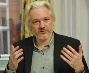En la imagen de archivo, el fundador de WikiLeaks Julian Assange gesticula durante una rueda prensa en la embajada ecuatoriana, Londres, el 18 de agosto de 2014. REUTERS/John Stillwell/pool