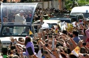 Fieles despiden al papa en su camino al aeropuerto de Viru Viru, en Santa Cruz, el 10 de julio de 2015 (AFP | Daniel Walker)