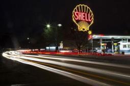 Un logo clásico de Shell en una gasolinera de la firma en Cambridge, EEUU, dic 12 2014. La producción de petróleo de Estados Unidos cayó 180.000 barriles por día (bpd) en mayo a 9,5 millones de bpd tras alcanzar los 9,7 millones en abril, dijo la gubernamental Administración de Información de Energía (EIA por su sigla en inglés). REUTERS/Brian Snyder