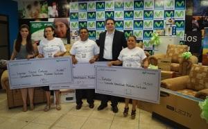 En la fotografía aparecen los ganadores de la promoción, acompañados de Diana Flores, de Media Interactiva, y Alejandro Almendárez, Especialista de Negocios Premium de Telefónica y su marca Movistar.