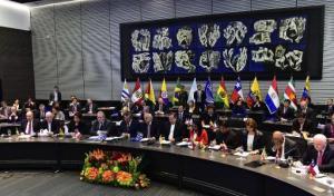 Los ministros de Relaciones Exteriores de Unasur durante una reunión en su sede, en Quito, el 14 de marzo de 2015 para analizar las sanciones de EEUU contra Venezuela (AFP/Archivos | Rodrigo Buendía)