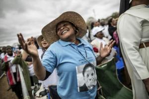 Fieles bailando durante la misa de beatificación del mártir sudafricano Benedict Daswa, el 13 de septiembre de 2015 en Tshitanini, cerca de la casa natal del propio Daswa (AFP | Marco Longari)