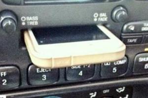 Un joven conductor confunde la casetera del coche con un puerto para iPhone.