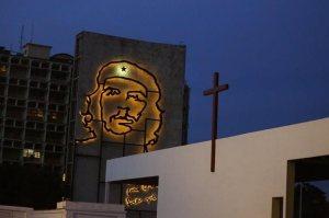 """Un monumento en memoria de Ernesto """"Che"""" Guerava se observa detrás del altar que es construido en La Habana en conmemoración de la próxima visita del papa Francisco el 19 de septiembre próximo. (Foto Prensa Libre: AP)."""