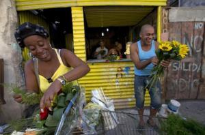 Cubanos preparan flores para vender en un puesto cerca de la ruta del papa desde el aeropuerto a la nunciatura, La Habana, Cuba, sábado 19 de septiembre de 2015. (AP Foto/Alessandra Tarantino)