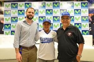 En la fotografía aparecen Carlos Cuadra, Gerente de Publicidad de Telefónica y su marca Movistar en Nicaragua; Karla Gutiérrez, Center Fielder y Catcher del equipo de Softball de Nicaragua; y Roberto Espinoza, Presidente de la Federación Nicaragüense de Softball.