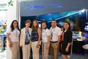 En la fotografía, parte del equipo de Telefónica Soluciones Empresariales acompañado de María Josefina Peralta, Sub Directora de Empresas y Negocios de Telefónica y su marca Movistar, y Azucena Castillo, Gerente General de APEN.