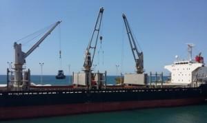 Vista del barco en el que se exportó la azúcar salvadoreña a China Continental. El Salvador registra este año un crecimiento histórico de sus exportaciones.