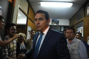 El candidato por el FCN Jimmy Morales (c) tras los resultados preliminares el 7 de septiembre de 2015 en Ciudad de Guatemala (AFP | Johan Ordóñez)
