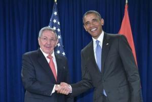 El presidente estadounidense, Barack Obama, estrechando la mano del cubano, Raúl Castro, en un encuentro bilateral en la sede de Naciones Unidas, el 29 de septiembre de 2015 (AFP | Mandel Ngan)