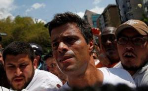 Foto de archivo del líder opositor venezolano Leopoldo López (al centro) caminando a través de una manifestación de sus partidarios contra el Gobierno de Nicolás Maduro en Caracas. Foto por © Carlos Garcia Rawlins / Reute/Reuters
