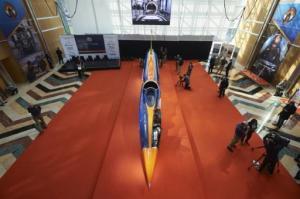 El auto-cohete Bloodhound Supersonic presentado en el Canary Wharf, al este de Londres, el 24 de septiembre de 2015. El vehículo intentará romper en 2016 en Sudáfrica el récord mundial de velocidad (AFP   Niklas Halle'n)