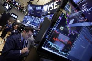 El corredor de bolsa Philip Carone trabaja en la Bolsa de Valores de Nueva York el lunes 11 de mayo de 2015. (Foto AP/Richard Drew)
