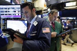 El comerciante Glenn Kessler, izquierda, trabaja en el piso de remates de la Bolsa de Valores de Nueva York, el jueves 29 de octubre de 2015. (Foto AP/Richard Drew)