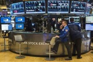 Operadores trabajando en la Bolsa de Nueva York, 22 de octubre de 2015. Las acciones estadounidenses bajaban en las primeras operaciones del lunes, antes de la reunión de política que celebrará esta semana la Reserva Federal. REUTERS/Lucas Jackson