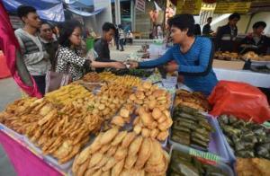 Un puesto de venta de comida rápida en Jakarta, Indonesia, el 23 de junio de 2015 (AFP | Bay Ismoyo)