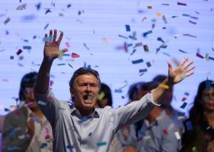 El candidato presidencial de la oposición Mauricio Macri baila y canta después de dirigirse a sus partidarios en Buenos Aires, Argentina, el domingo 25 de octubre de 2015. Macri enfrentará al candidato del peronismo oficialista Daniel Scioli en una segunda vuelta electoral el 22 de noviembre. (AP Foto/Jorge Sáenz)