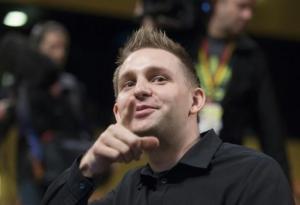 El ciudadano austríaco Max Schrems espera escuchar el veredicto del Tribunal Europeo de Justicia en Luxemburgo, el 6 de octubre de 2015 (AFP | John Thys)