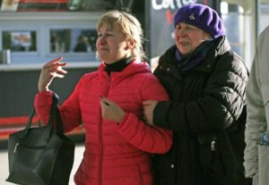Parientes de pasajeros del avión ruso que se estrelló con 217 pasajeros y siete tripulantes a bordo reaccionan tras reunirse en el aeropuerto Pulkovo de San Petersburgo, Rusia, el sábado 31 de octubre de 2015.  (AP Foto/Dmitry Lovetsky)