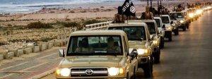 Imagen de los combatientes de Estado Islámico en una exhibición de poder tras ocupar Sirte, en Libia AFP