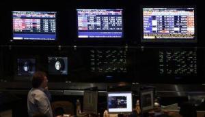 n operador observando un monitor con información bursátil en el Mercado de Valores de Buenos Aires, oct 2, 2014. Los inversores apostaban el martes por los activos argentinos tras un sólido desempeño de la oposición en la primera vuelta de las elecciones presidenciales.  Foto por MARCOS BRINDICCI/Reuters
