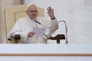 El papa Francisco pronuncia unas palabras durante su audiencia general semanal el 21 de octubre de 2015 en la Plaza de San Pedro del Vaticano (AFP | Filippo Monteforte)