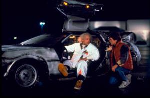 """En esta imagen porporcionada por Universal Pictures Home Entertainment, Christopher Lloyd, a la izquierda, como el Dr. Emmett Brown,y Michael J. Fox como Marty McFly en la obra 1985, """"Back to the Future"""". El miércoles es el llamado Día de Regreso al Futuro, que marcha la fecha - 21 de octubre de 2015 - en que los personajes McFly, Brown y Jennifer Parker viajaron al futuro en la segunda entrega de la trilogía, estrenada en 1989. (Universal Pictures Home Entertainment via AP)"""
