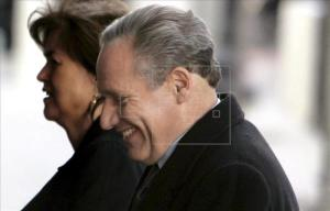 Fotografía tomada en febrero de 2007 en la que se registró al periodista del Washington Post Bob Woodward (d), uno de los reporteros que destapó el escándalo Watergate. EFE/Archivo