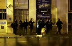 Elementos de las fuerzas de seguridad vigilan en las cercanías del teatro Bataclan, en París, Francia, el 13 de noviembre de 2015.