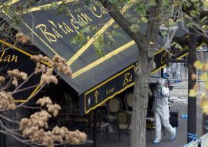 Un investigador camina el sábado 14 de noviembre de 2015 fuera de la sala de conciertos Bataclan de París, donde ocurrió el ataque más grave de los que asolaron la capital francesa el viernes. (Foto AP/Christophe Ena)