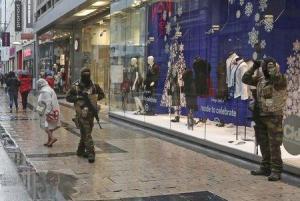 Bélgica mantuvo el domingo la alerta de seguridad máxima para la capital del país, Bruselas, con una nueva revisión de los servicios de inteligencia, policiales y judiciales establecida más tarde en el día. En la imagen, soldados belgas patrullan una calle comercial en el centro de Bruselas, el 21 de noviembre de 2015. REUTERS/Youssef Boudla