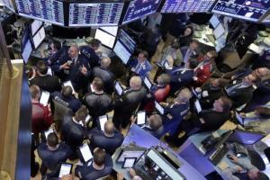 Operadores bursátiles se reúnen en el puesto que maneja las acciones de Allergan en el piso de la Bolsa de Valores de Nueva York, el jueves 29 de octubre de 2015. (Foto AP/Richard Drew) The Associated Press