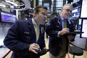 Los operadores John Elliott, a la izquierda, y Frank O'Connell trabajan en la Bolsa de Valores de Nueva York el martes 24 de noviembre de 2015. El mercado se recuperó y cerró con ligeras ganancias ante el aumento en el precio del petróleo. (Foto AP/Richard Drew)